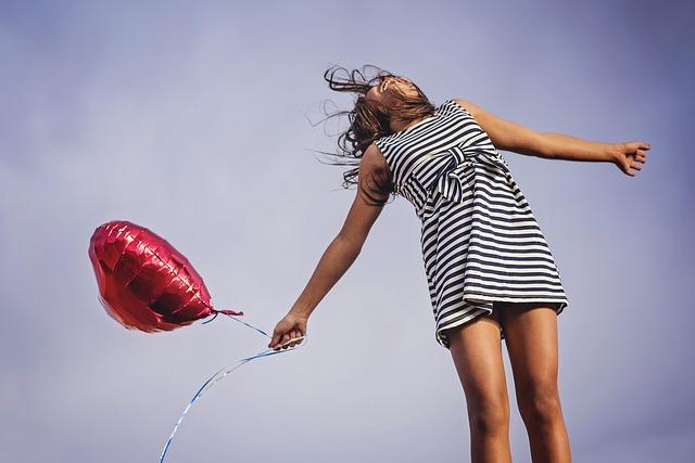 dívka s balonkem