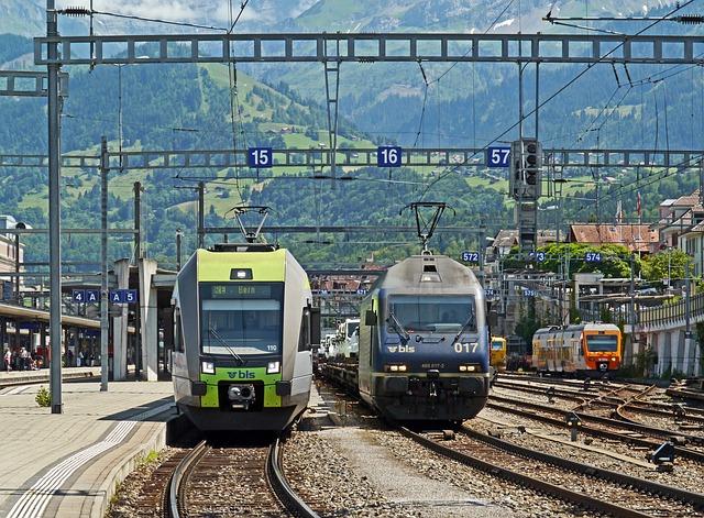 dva míjející se vlaky na nádraží
